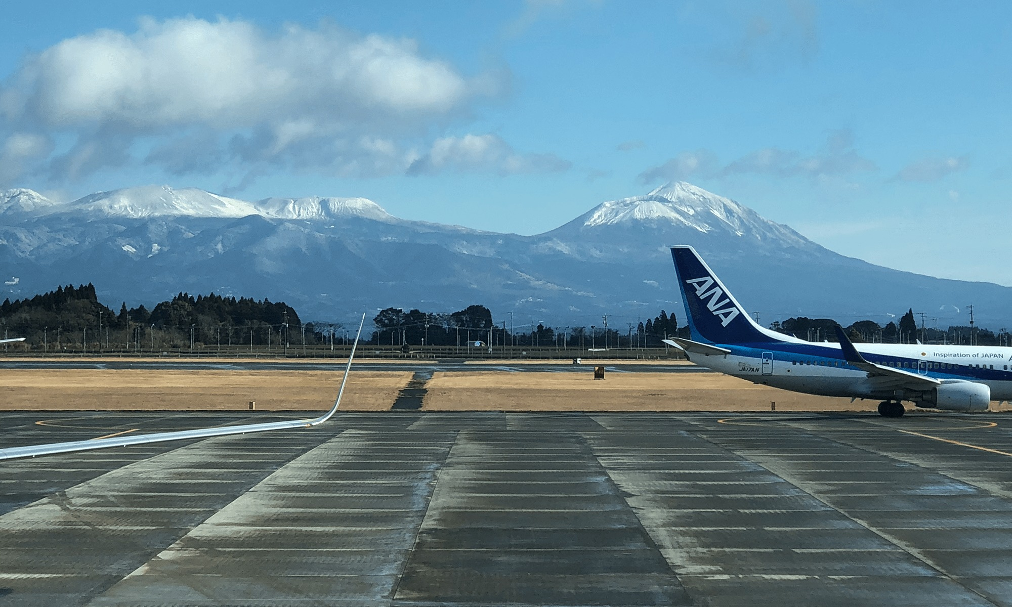 霧島山雪化粧とイームズ・シェルチェア「鹿児島空港」